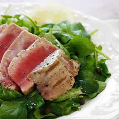 Gegrilde tonijn op rucola met citroen vinaigrette